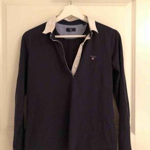 Marinblå långärmad lite tunnare GANT tröja med krage