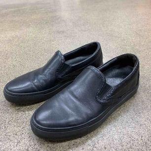 Svart slip on skor från Rizzo i storlek 39, endast använd en gång. Jättebra skick!  Nypris: 1000 kr