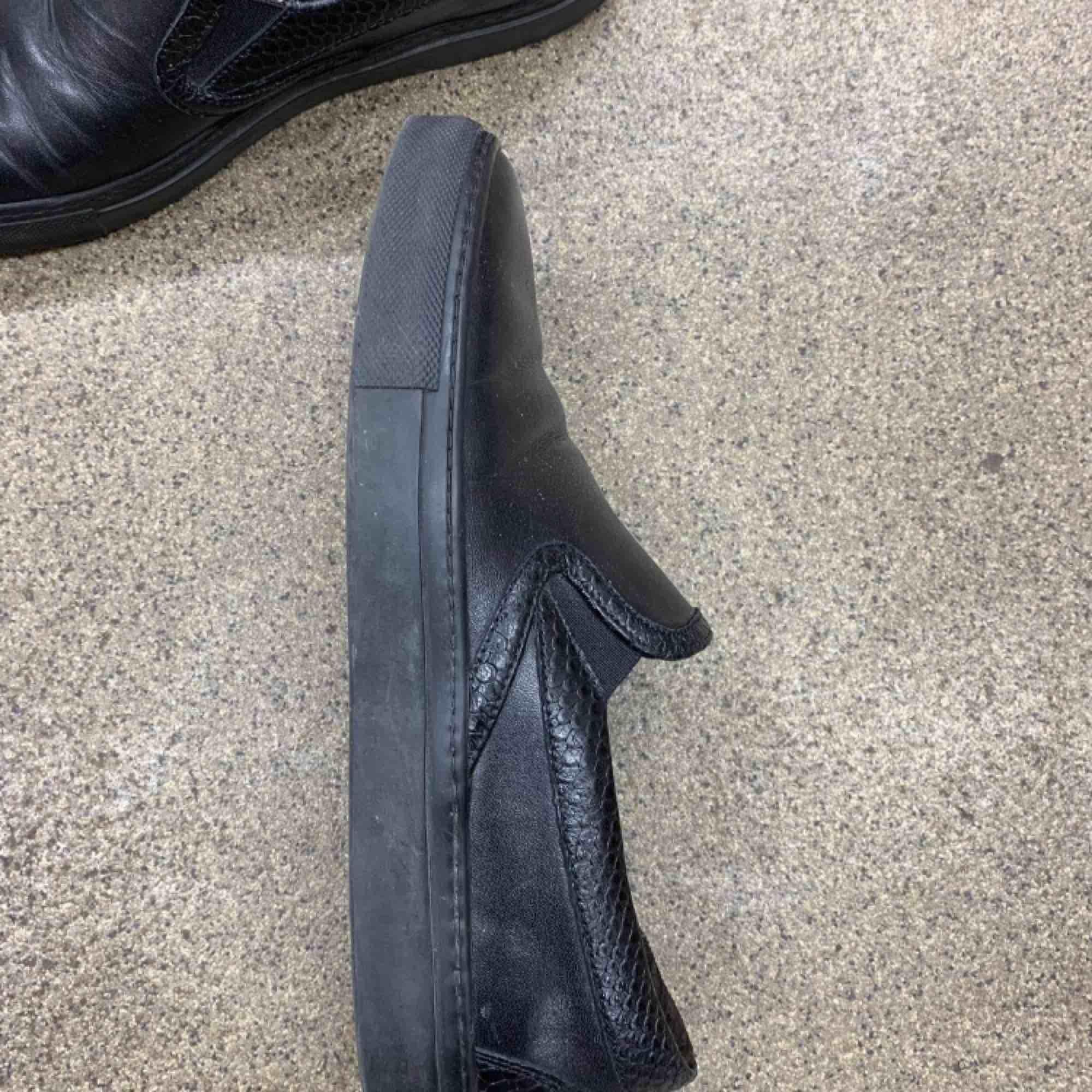 Svart slip on skor från Rizzo i storlek 39, endast använd en gång. Jättebra skick!  Nypris: 1000 kr. Skor.