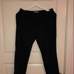 Svarta kostymbyxor från mango