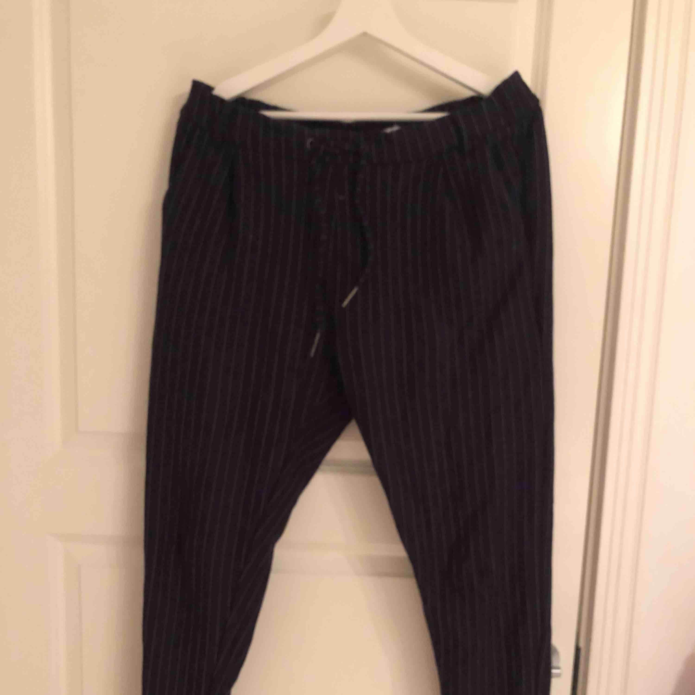 Mjuka byxor med kostymbyx-imitation. Resår och dragsko i midjan. Jeans & Byxor.