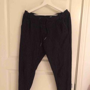 Mjuka byxor med kostymbyx-imitation. Resår och dragsko i midjan