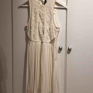 En fin spets klänning från divided. Väldigt fin mesh detalj på sidorna, se bild 2. Passar jättebra till sommaravslutningar. I använt skick.