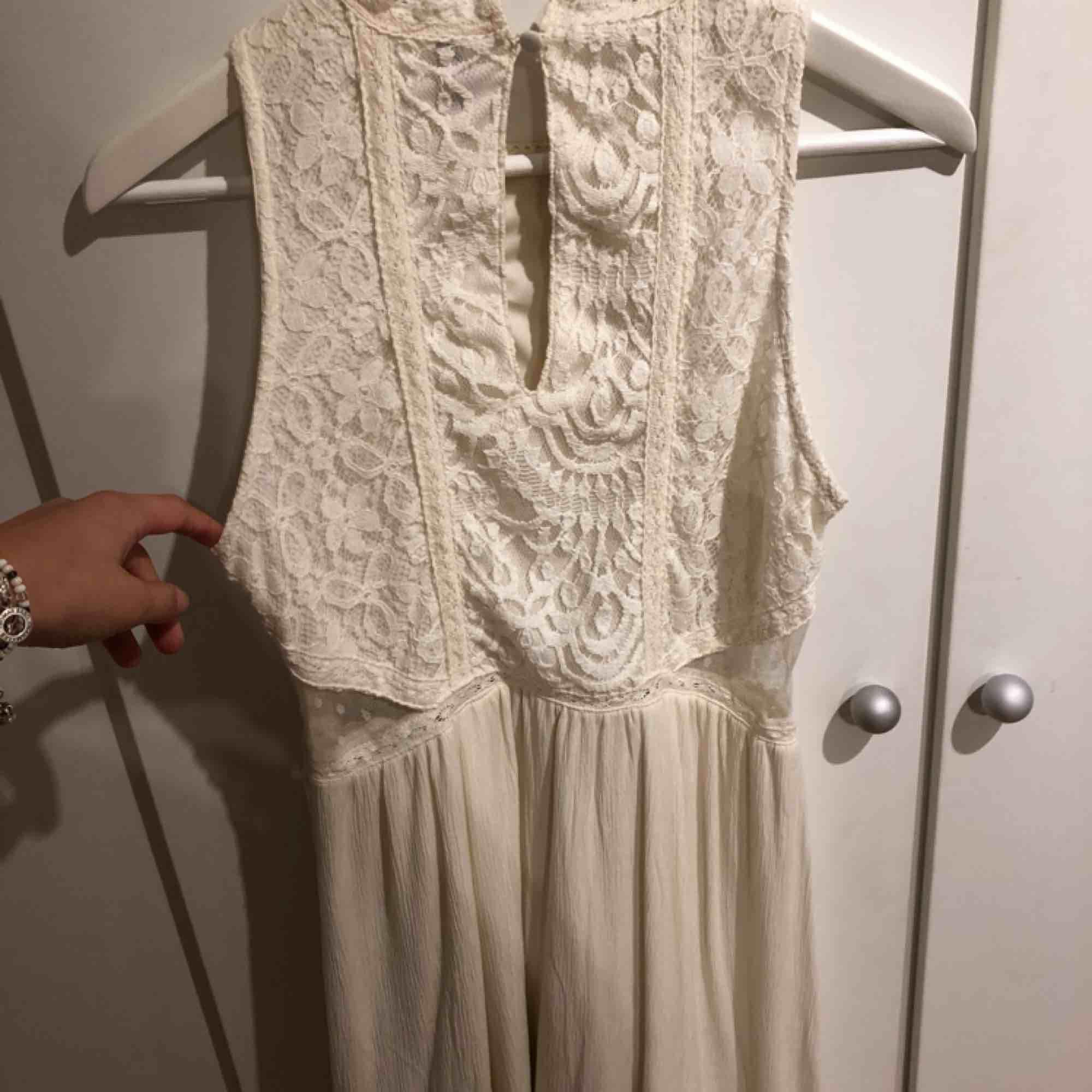 En fin spets klänning från divided. Väldigt fin mesh detalj på sidorna, se bild 2. Passar jättebra till sommaravslutningar. I använt skick.. Klänningar.