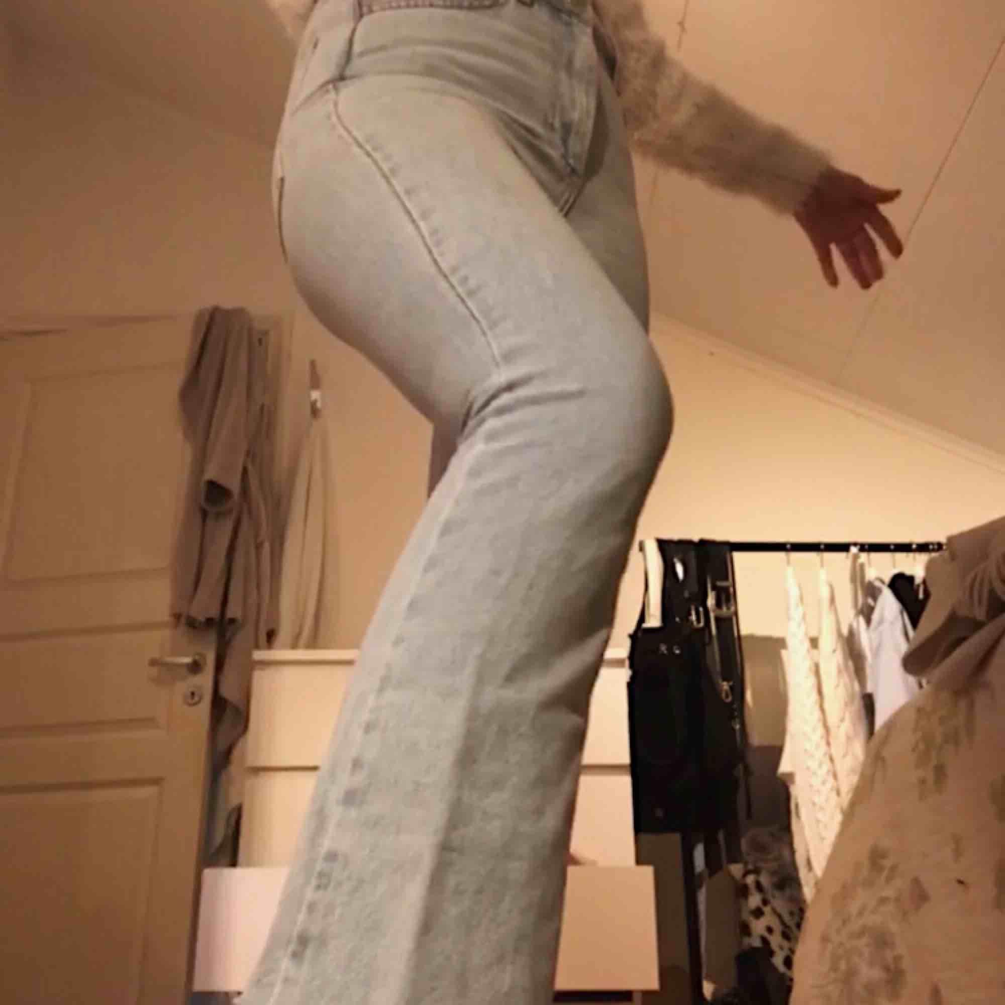 Klick flare jeans från NAKD, lite sönder men går lätt att laga, annars superbra skick o typ aldrig använda!. Jeans & Byxor.