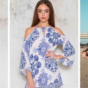 Superfin grekisk inspirerad mini dress ifrån Dennis Maglic. Jättefin till semestrar och sommaren. Endast använd vid ett tillfälle och är därmed i väldigt bra skick.