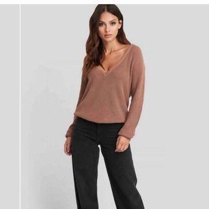 Säljer denna stickade tröja från na-kd i strl S. Den är sparsamt använd så i bra skick.  Obs, köparen står för frakten och betalning sker via swish.