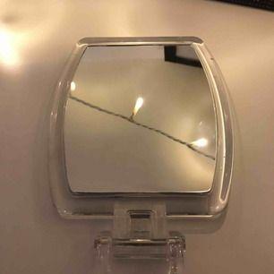 En spegel som jag inte använder. Skriv för mått eller fler bilder. Frakt tillkommer på ca 50 kr🌎
