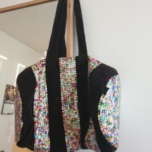 Fin weekend väska i sammets material med färglada paljetter.  Kan skickas annars finns i Malmö