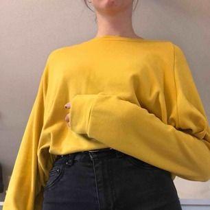 En oversized gul tröja med superskönt material🥰skriv för mer bilder på plagget🌎Frakt ingår på i priset