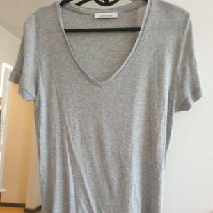 Samsoe samsoe grå v-ringad t-shirt i storlek s. Mjuk material. Kan skickas annars finns i Malmö. Frakt ingår