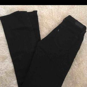 svarta bootcut jeans ifrån levis. Demi curve i storlek W24, motsvarar xs/s. Frakt kostar ca 35kr. Oanvända, säljes pga behöver bli av med kläder
