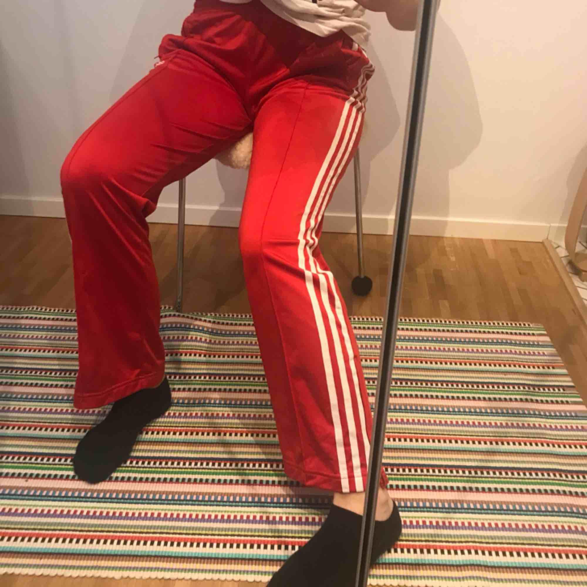 Coola röda adisasbyxor köpta på Humana! - skriv för fler bilder - möts gärna upp i sthlm, annars frakt ☺️. Jeans & Byxor.
