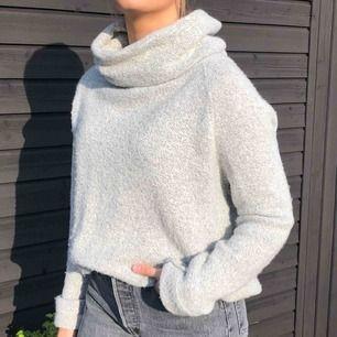 Mysig stickad tröja perfekt inför hösten, varm och mjuk! Storlek S och köpt från Chiquelles hemsida för ungefär ett år sen.