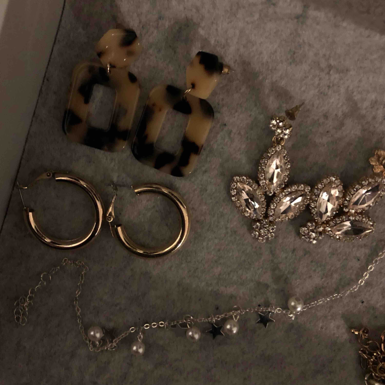 Säljer smycken !!från 15kr!! Skriv om ni är intresserade av ett eller fler par örhängen. Finns även ett silvrigt armband med stjärnor och pärlor. Frakt ligger på 9kr🥰 (allt rengörs med spritservetter innan). Accessoarer.