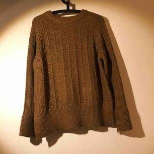 Konjaksbrun stickad tröja från HM, rak modell, aldrig använd/inga noppor eller maskor, sprund i tröjärmar och i sidorna (se detaljbild), mjuk. Köpare betalar ev frakt.