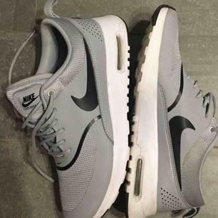 NIKE Wmns Nike Air Max Thea, Wolf Grey/Black, aldrig använda pga dublett (present), nypris: 1200kr.