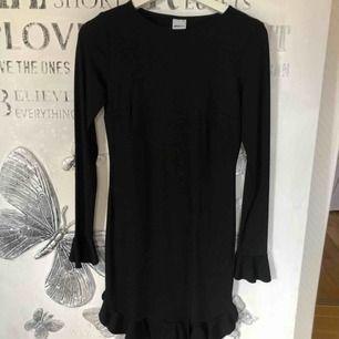Oanvänd klänning från Gina Tricot