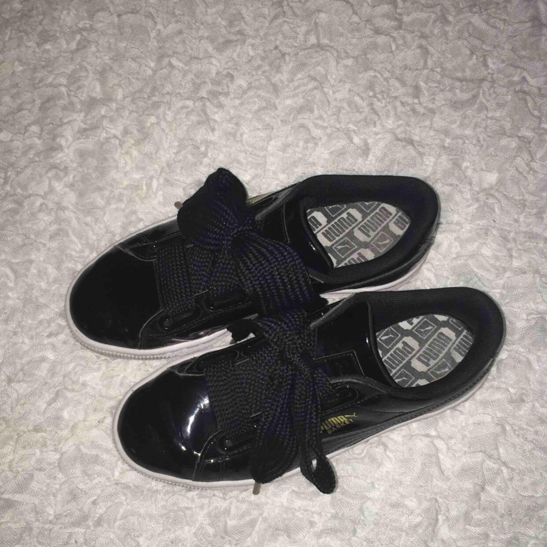 Puma basket skor, sparsamt använda! Sidenbanden för att variera skosnören. Skor.