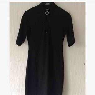 Fin, figurnära klänning från Weekday. Väldigt lite använd så i bra skick!  Kan mötas upp i Malmö, annars tillkommer fraktkostnad.