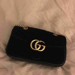 Jättefin oäkta Gucci marmont velvet väska, bra skick , kedjan har tappat lite färg men inget man tänker på .. vill sälja för att köpa en mindre .. ska den skickas så står köparen för frakten ..