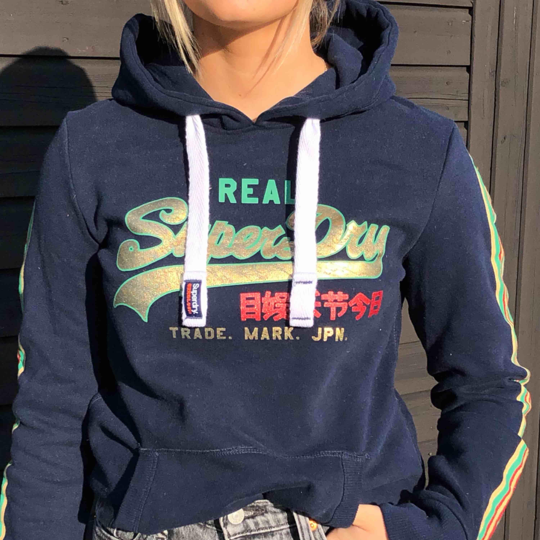 Nyskick Superdry hoodie med coola färger och detaljer, aldrig använd och prislapp kvar . Huvtröjor & Träningströjor.