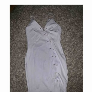 Ursnygg fest klänning från Rebecca Stella, säljer då den inte kommit till användning, storlek xs Frakt tillkommer