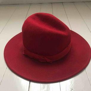 Röd filthatt i 100% ull. Köparen står för frakt eller möts i Gbg ✨