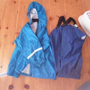 Hm blått Sett med regnjacka och byxor som är använda en gång då sonen inte gillade färgen.  Ofodrade.
