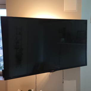 52 tums platt TV med väggfäste. För stor för min lägenhet så tänker köpa en mindre.