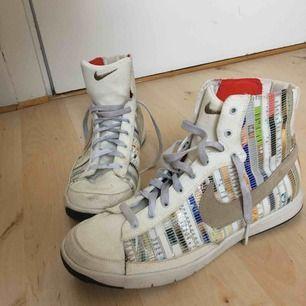 Unika retro Nike i boxningsstil. Det är tidningsurklipp på skorna.