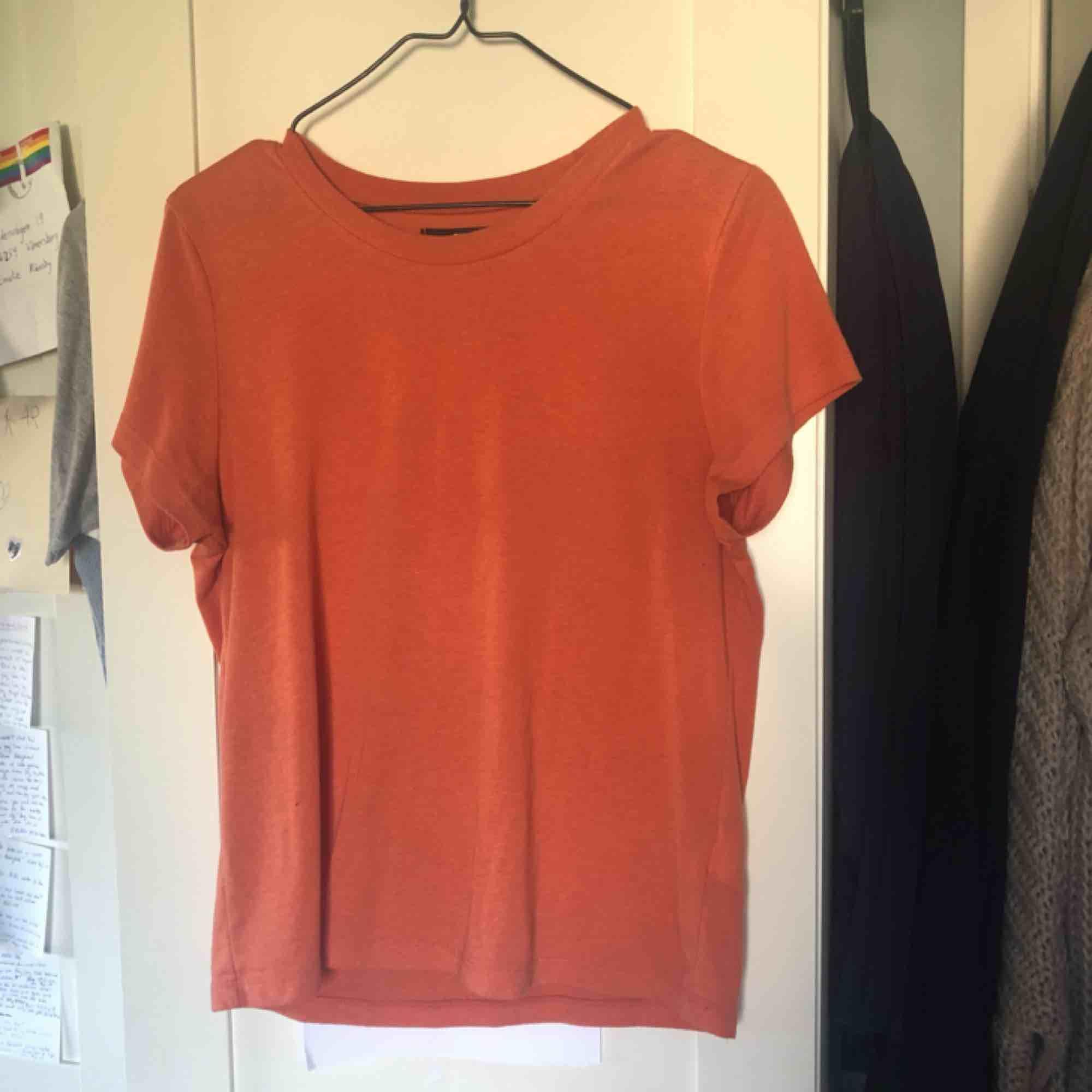 Superfin orange tshirt, första bilden visar bäst färgen!  . T-shirts.