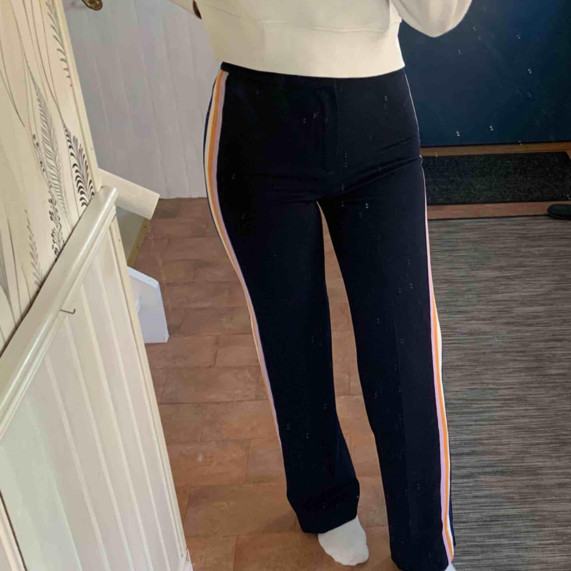Jättefina och sköna kostymbyxor från zara med ränder på sidorna. Säljer pga använder inte längre. Har sytt upp någon centimeter i benen så att dom passar mig bra i längden (är 170). Jeans & Byxor.