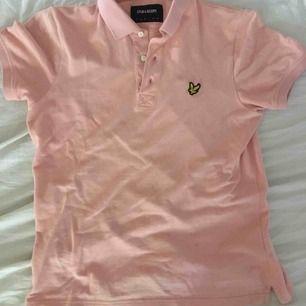 Säljer min Lyle&scott tröja har använt den några gånger. fint skick inga håll eller slitningar ser ut som ny. Köpte den för skolfoto