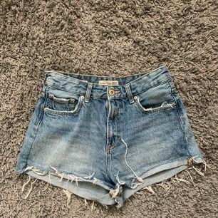 Skitsnygga, högmidjade jeansshorts från Bershka! Frakt tillkommer på ca 45kr.