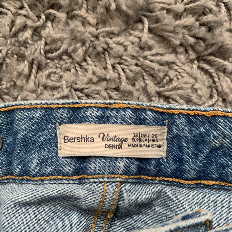 Skitsnygga, högmidjade jeansshorts från Bershka! Frakt tillkommer på ca 45kr. . Shorts.