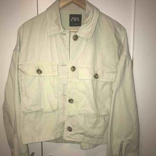 Jacka från Zara, köptes i våras men har knappt används pga. Jag tycker inte den passar på min kroppstyp