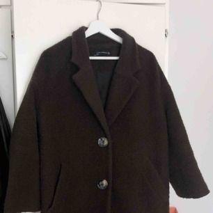 Säljer min bruna Zara kappa pga ej användning, köpt för 1000kr