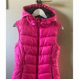 Rosa dunväst från H&M, storlek 36. Två fickor fram som försluts med dragkedja.