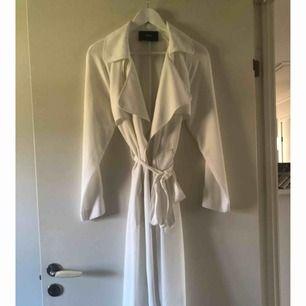 Vit trench coat från bikbok, längre modell. Två fickor fram. Mycket fint skick!