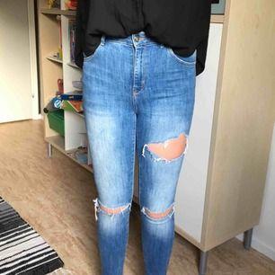 Trendiga rivna jeans. Dem har slitningar på lår, knän, samt rumpa. De har hög midja och är i skinny fit. Kan frakta eller mötas upp i Stockholmsområdet.