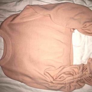 stickad tröja från h&m så himla fin o skön men kan inte ha den, armarna går att dra ut hur man vill (bild 2) och knyts med en rosett 😊 kan fraktas och är i bra skick