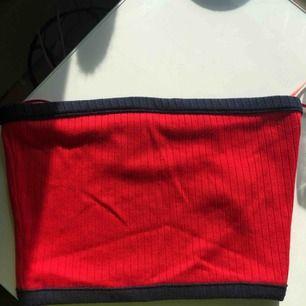 En marinblå och röd tubtopp/bandåtopp från Bershka. Aldrig använd enbart testad