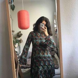 Fin, höstig klänning! Kjolen går till mitten av mitt lår och klänningen stängs med dragkedja i ryggen! Ett kap!