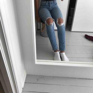 Högmidjade jeans slum fit, hål i knäna, sitter bra runt midja och rumpa