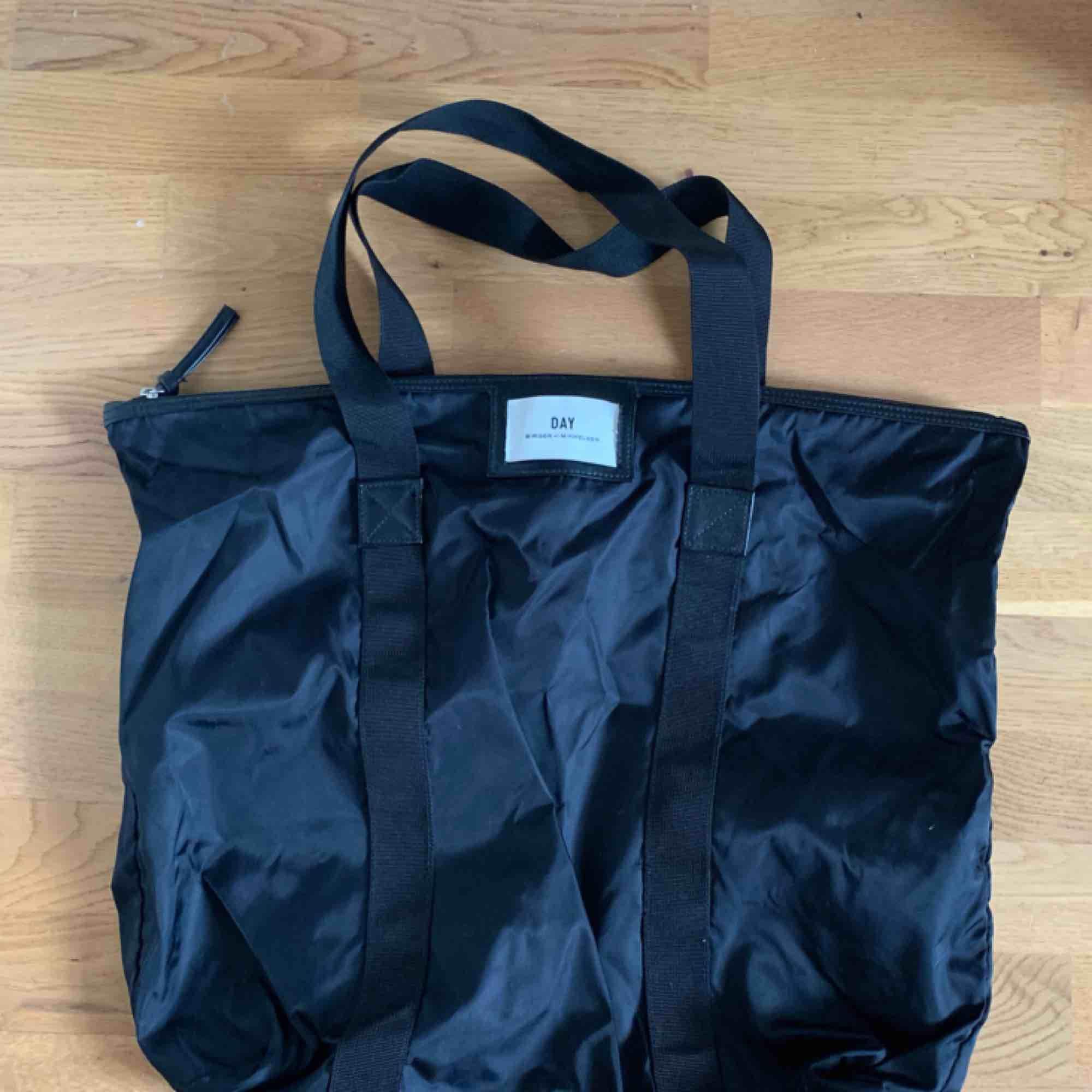 En svart oanvänd DAY väska från Birger et Mikkelsen! Nypris 500kr! Den är stor så man får plats med mycket i den! Köparen betalar frakt❤️. Väskor.