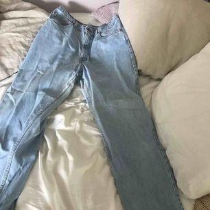 Levis jeans 501🧵🧵 Storlek W36 L30 men intagna i midjan och höfterna. Sitter mer som en baggy fit W30. Är lite slitna på insida lår