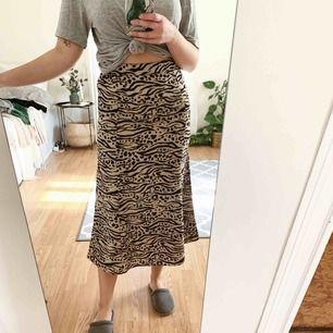 Jättefin kjol från monki, använd 1 gång! Köparen står för eventuell frakt❕