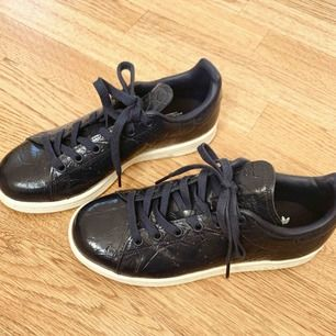 Jättefina mörkblåa sneakers med struktur från Adidas! Köpta på en Adidas Outlet i England, använda 1 gång! Köparen står för eventuell frakt❕