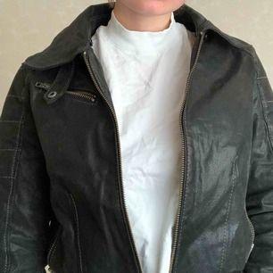 En Jofama skinn jacka, i äkta skinn.   Vid köp kan vi antingen mötas upp i centrala Stockholm eller så betalar köparen frakten.